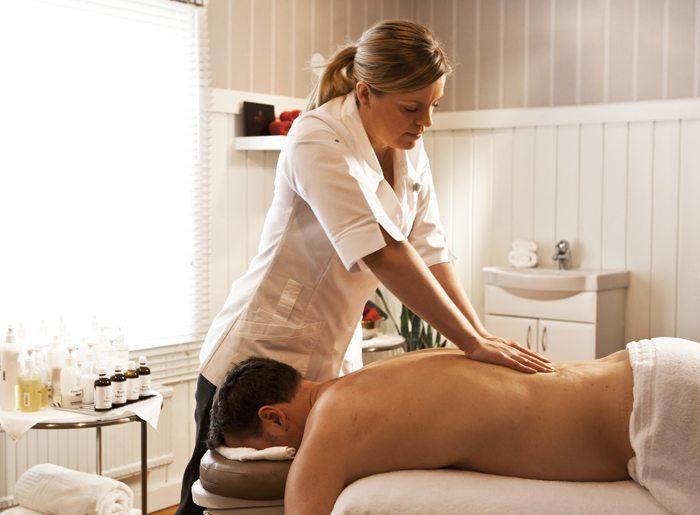 Djurönäset spa. Tove ger massage.