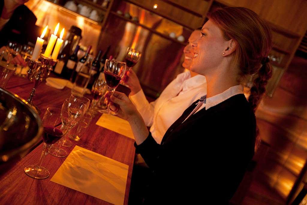 djuronaset-vinotek-kvinna-rott-vin